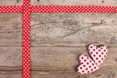 Holzbrett mit roter schleife und gepunktete herz — Stockfoto