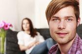 对年轻夫妇在客厅 — 图库照片