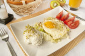 Traditional breakfast - fried eggs and cottage cheese — Stock Photo