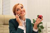 Schöne geschäftsfrau gespräch am telefon — Stockfoto