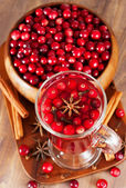 Hot mulled wine with berries — 图库照片
