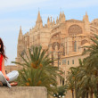 Tourist in front of La Seu cathedral in Palma — Stock Photo