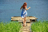 Garota correndo em direção ao rio — Fotografia Stock