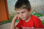 Serious 5-year-old boy — Stockfoto