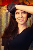 Девушка с большой наушники на гранж-фон — Стоковое фото
