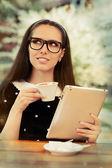 Jeune femme avec des lunettes et tablette café — Foto de Stock