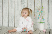 Girl with Down syndrome is holding Easter eggs — Fotografia Stock