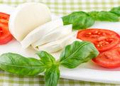 番茄和奶酪配罗勒叶对板 — 图库照片