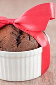 Muffin au chocolat comme cadeau avec ruban rouge — Photo