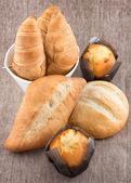 面包、 松饼、 牛角包桌上 — 图库照片