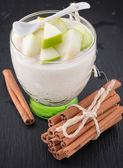 Delicioso yogurt en vidrio con manzana y canela — Foto de Stock