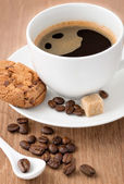 Coffee cup and coffee beans on wooden table — Fotografia Stock