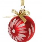 Rote Weihnachtskugel isoliert auf der weißen — Stockfoto