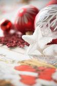 Czerwone i białe boże narodzenie bombki na tło wakacje — Zdjęcie stockowe