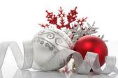 красный и серебристый безделушки рождество — Стоковое фото