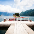Red boat docked on the island — Stockfoto