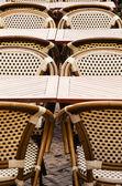 Terrasse avec des chaises vides. — Photo