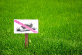 Don t step on the grass sign. — Stock Photo