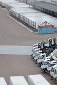 Verzending van containers en voertuigen in fabriek — Stockfoto