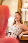 Ung kvinna i viktorianska klänning — Stockfoto