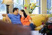 男人和女人坐在沙发上. — 图库照片