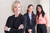 Drei Geschäftsfrauen zusammenstehen — Stockfoto