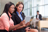 Two businesswomen in lobby — Stock Photo