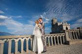 Heureuse mariée et le marié sont étreintes — Photo