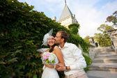 Glückliche braut und bräutigam sind knuddeln — Stockfoto