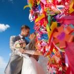 Счастливые жених и невеста целовать — Стоковое фото