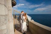 Nevěsta a ženich jsou objímání — Stock fotografie