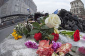 Flowers in honer of heroes killed on barricades in Kiev. — Stock Photo
