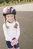 Beau portrait de sourire mignon blond fille patinage — Photo