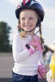 微笑着快乐的白人女孩滑冰 — 图库照片