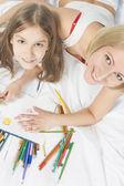 Casal de desenho juntos e sorrindo enquanto olha para cima — Fotografia Stock