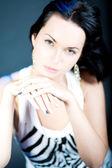 чувственный кавказская девушка с темными волосами — Стоковое фото