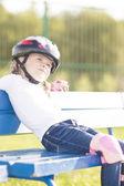 Garota roller sentado no banco ao ar livre a sonhar — Foto Stock