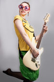 Blondine mit der gitarre zu lächeln — Stockfoto