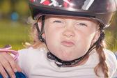 Garota no capacete protetor fazendo careta lá fora — Foto Stock