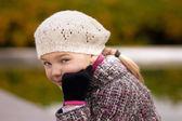 Giovane ragazza in bianco berretto d'autunno — Foto Stock