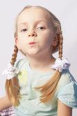 Ritratto di una ragazza alla moda caucasica utilizzando cosmetici — Foto Stock