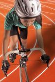 专业女性运动员骑自行车在一条轨道上。垂直 sho — 图库照片