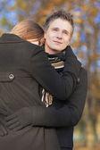 彼の girlfrie を保護する若い白人ハンサムな男の肖像 — ストック写真