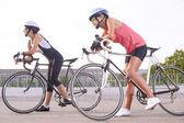 Iki güzel kadın bisikletçiler açık havada bir mola. — Stok fotoğraf