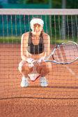 Sportive sur le court de tennis terre battue — Photo