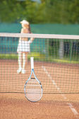 Tenis oynayan bir genç kadın silueti düşük bölüm görünümü — Stok fotoğraf