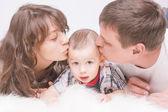 Retrato de familia caucásica con pequeño hijo junto en piso — Foto de Stock