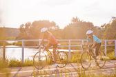两个女运动员骑户外运动自行车. — 图库照片