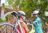 Sportvrouwen uit te werken met fietsen — Stockfoto