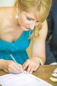 Firma contratto di matrimonio sposa — Foto Stock